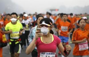 Troppo smog alla maratona di Pechino: record di ritiri