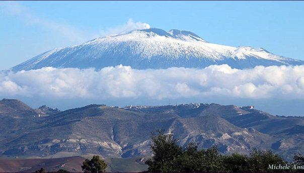 Etna, esplosione dal cratere: dieci feriti